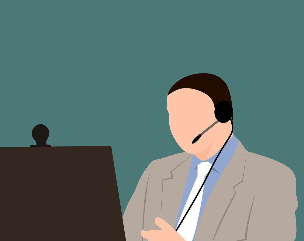 MOOCs Illustration: ein Mann vor einem Bildschirm.