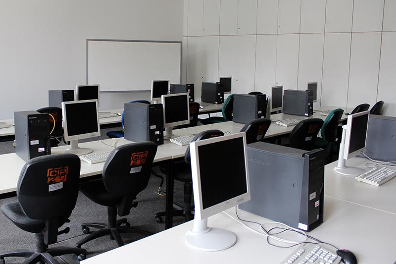 E-Kausuren mit moodle. Bild des Computer-Pools an der Technischen Universität Berlin.