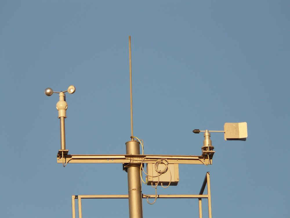 Nahaufnahme einer Wetterstation. Fotografie zum Beitrag Videoanleitung zum Aufbau einer Wetterstation