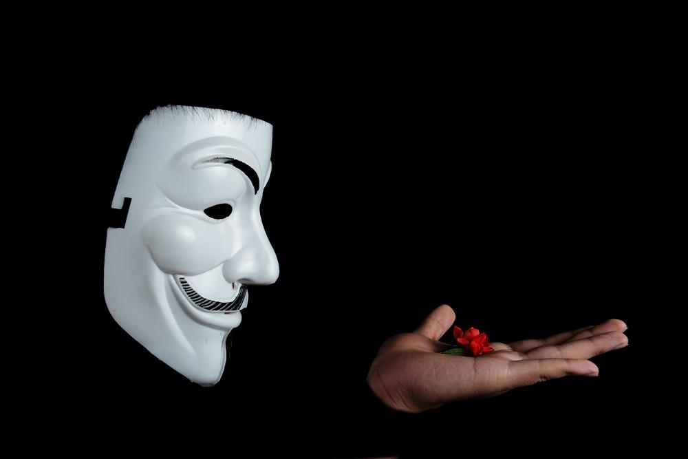 Adobe Connect Aufzeichnungen anonymisiert bereitstellen: Das Foto zeigt eine Maske zur Illustration von Anonymität