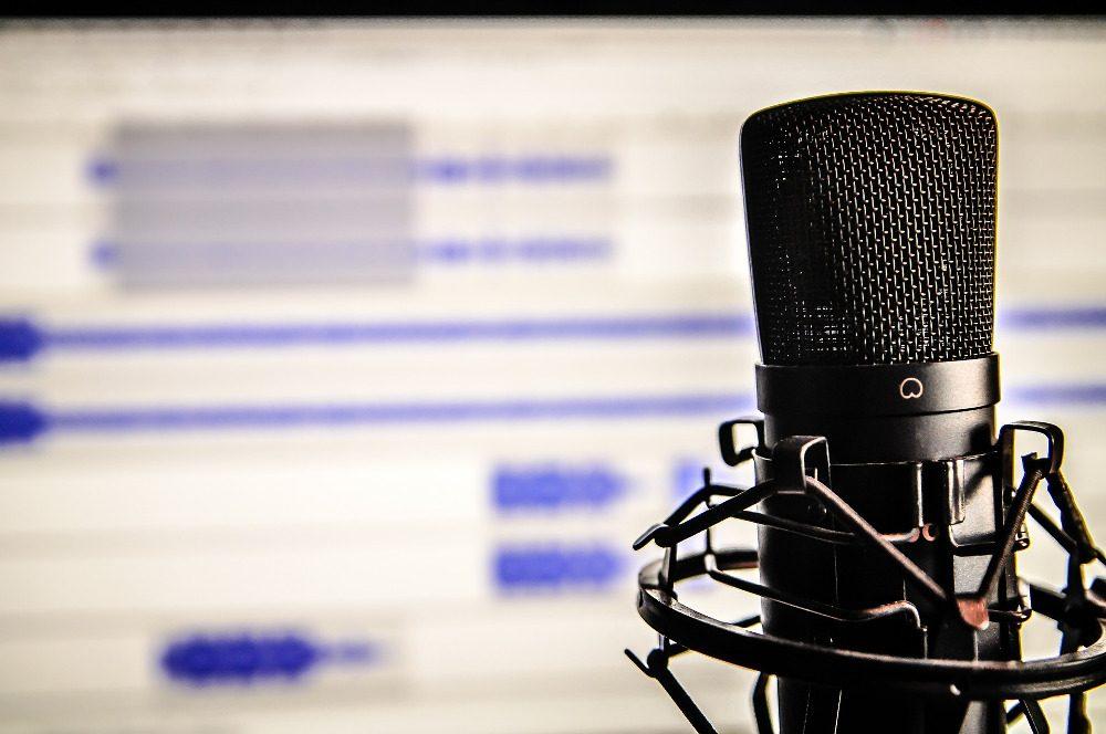 Detail-Fotografie eines Mikrofons zur Erstellung von Screencasts im Aufnahmestudio