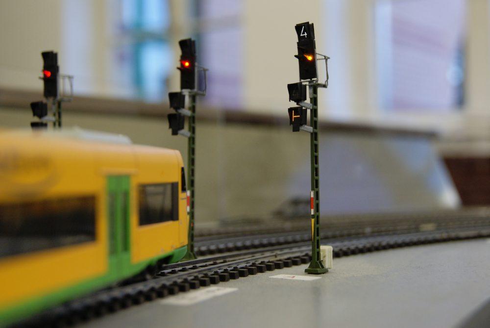 Fotografie einer Eisenbahn zur Darstellung des Livestream einer Vorlesung zum Thema Schienenverkehr.