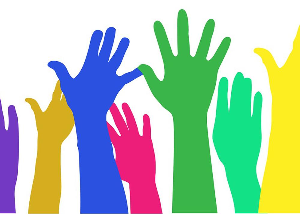 Das Abstimmungstool Tweedback: Illustration einer Abstimmung visualisiert durch in die Höhe gestreckte farbige Hände.