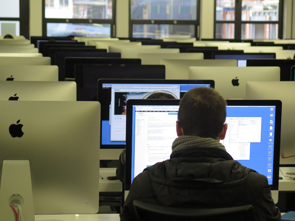 Fotografie eines Computerpools zur iIllustration eines Massive Open Online Courses (MOOC).