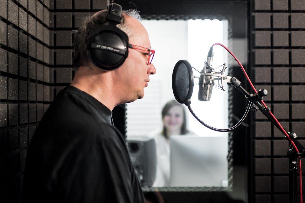 Fotografie eines Sprechers in der Audiokabine, die an der ZEWK der TU Berlin für Aufnahmen zur Verfügung steht