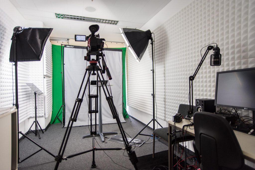 Fotografie des Videostudios, das für Aufnahmen an der ZEWK der TU Berlin bereitgestellt wird
